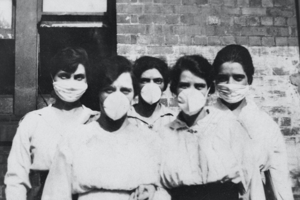 נשים עוטות מסיכות בזמן התפרצות השפעת הספרדית בעיר בריזביין