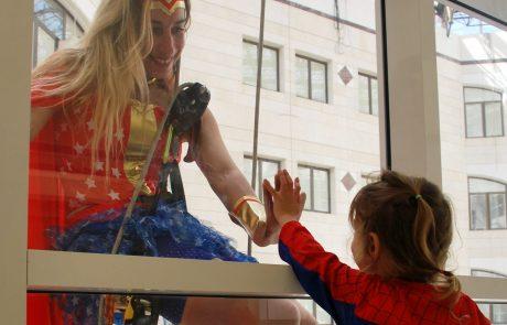 גיבורי על הגיעו לחגוג את פורים עם ילדים המטופלים במרכז שניידר