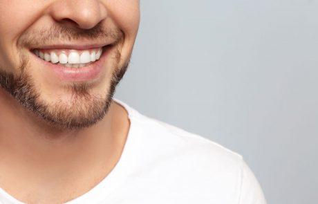 בלי מסיכות: שיטות ביתיות להבהרת שיניים