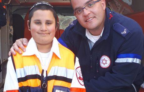 """הילד שחייו ניצלו התחפש לפאראמדיק מד""""א והתלווה לחובש שהציל אותו"""