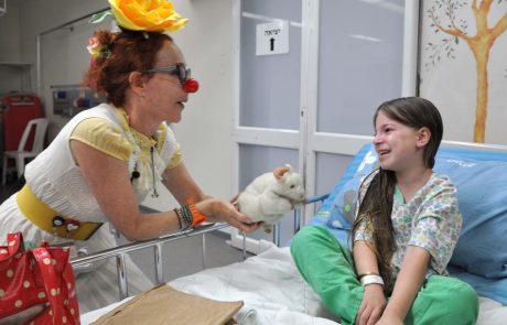 חג פורים: ליצנים רפואיים מלווים ילדים לחדר הניתוח להפחתת המתח