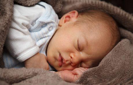 התינוק שלכם לא ישן בלילות? אימון שינה לתינוקות עשוי להיות חבל ההצלה שלכם