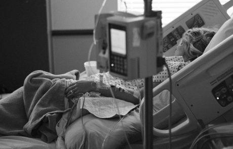 תביעה נגד רשת מרפאות מובילה: במקום לבצע תיקון קטן – גרם המנתח לעיוותים קשים בשדיה של הצעירה