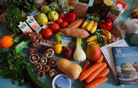 כיצד משפיעים הצבע הירוק והצבע החום על האכילה שלנו?