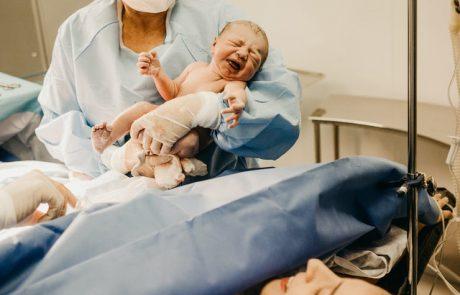 """מחקר קורונה: """"הפרדת יולדות חולות קורונה מהתינוק שלהן לאחר הלידה הייתה מיותרת"""""""