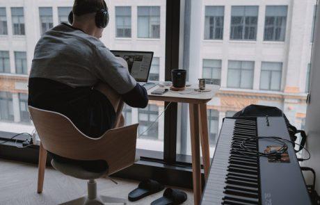 כיצד להקל על כאבי צוואר וכתפיים בישיבה מול מחשב?