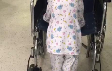 בן 4 החל ללכת בעקבות ניתוח להסרת גידול שלחץ על חוט השדרה