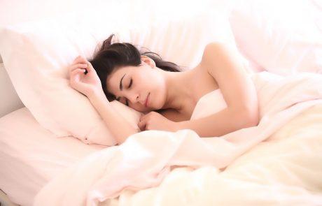 מהי תנוחת השינה הכי בריאה?
